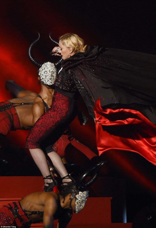 Madonna fell on stage at Brits 2015 2